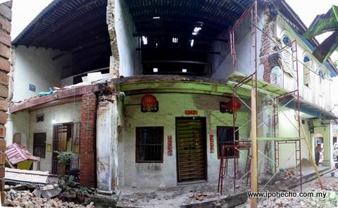 Nos. 25 & 27 Panglima Lane which collapsed. On the right is Yoon Wah Restaurant