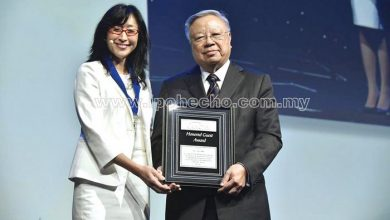 Photo of Award for Dato' Dr YC Lee
