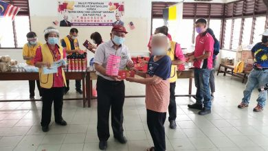 Photo of Fully Vaccinated Senior Citizens Rewarded with Mooncakes and Lanterns